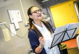 """Studentessa Infermiera canta ai pazienti in dialisi: """"così in loro rivedo un sorriso"""""""